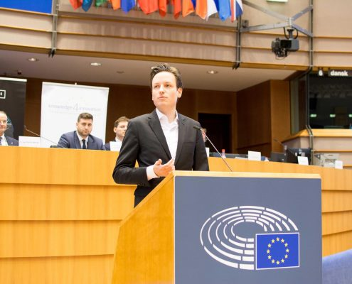 Breeze Technologies co-founder Robert Heinecke presents in the Hemicycle of the European Parliament.