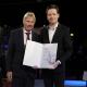 Ministerialdirigent Andreas Goerdeler überreicht Breeze Technologies-Mitgründer Robert Heinecke die Urkunde zum Gründerpreis - Digitale Innovationen