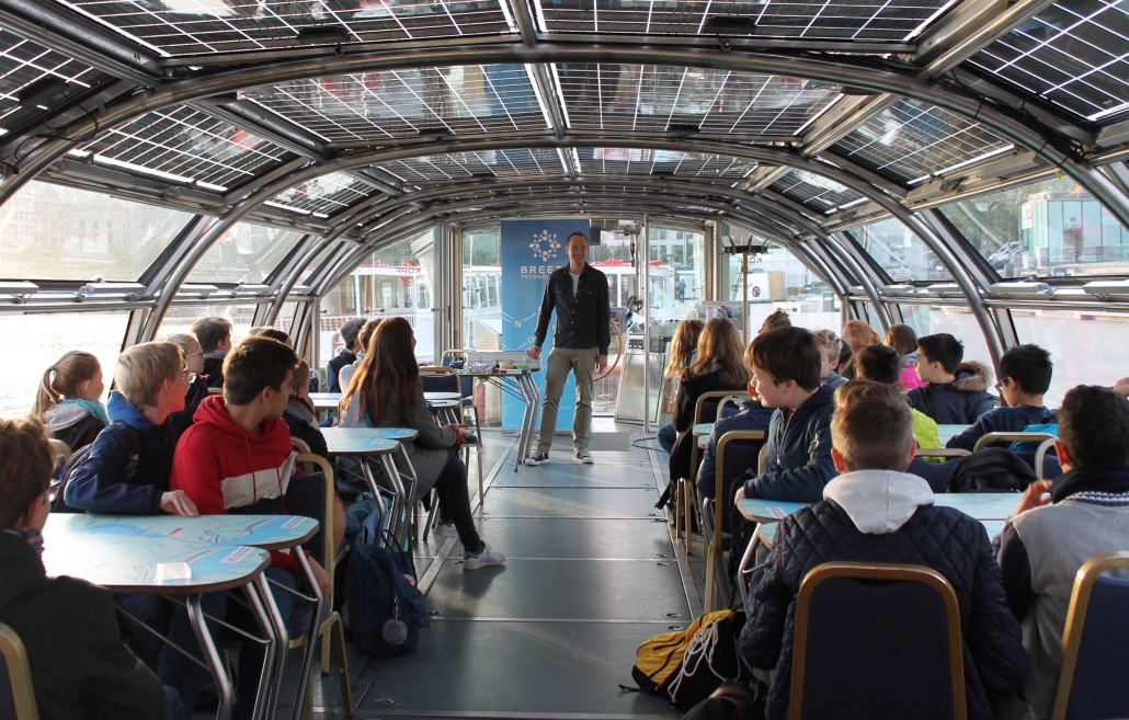 Breeze Technologies Head of Science Haris Sefo teaches pupils about air pollution at the Hamburg Climate Week 2018.
