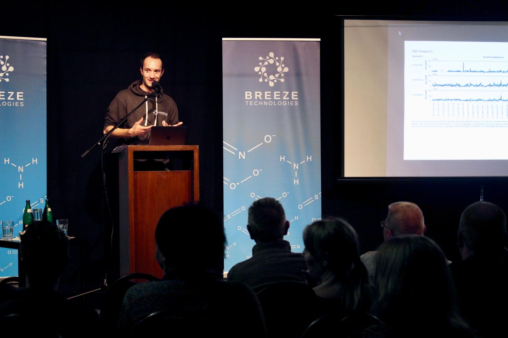 Haris Sefo erklärt die gesammelten Luftdaten beim öffentlichen Bürgerforum in Hamburg-Rothenburgsort.