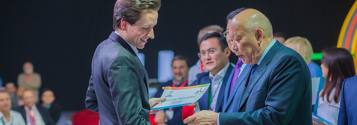 Baltabek Kuandykov (right), Director of Jupiter Energy Ltd. and President of Meridian Petroleum, presents Breeze Technologies' CEO Robert Heinecke (left) with the award and invitation to present during the EXPO 2017 Astana